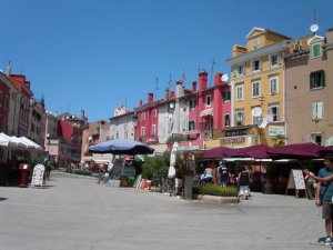 De dagelijkse versmarkt bij binnenkomst in Rovinj.
